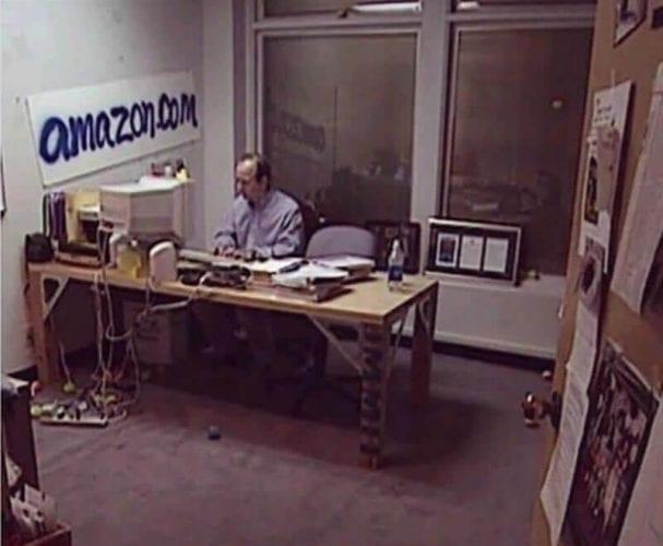 jeff bezos no primeiro escritório da amazon
